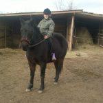 Anna a lova hátán büszkén mosolyog