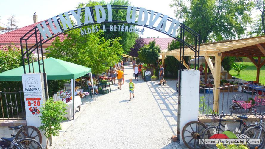 Balatonfenyvesi termelői piac bejárata (NAK jogvédett képe)