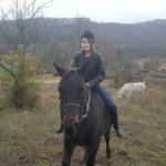 Egy kislány lovagol Kisberényben