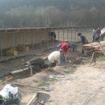 Disznók óljainak építése Kisberényben