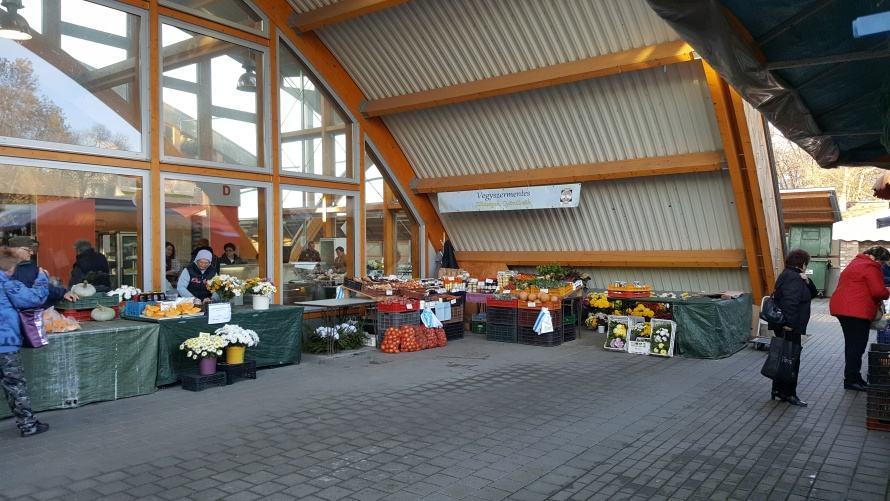 Kaposvári piac, amikor éppen látszanak a termékek.