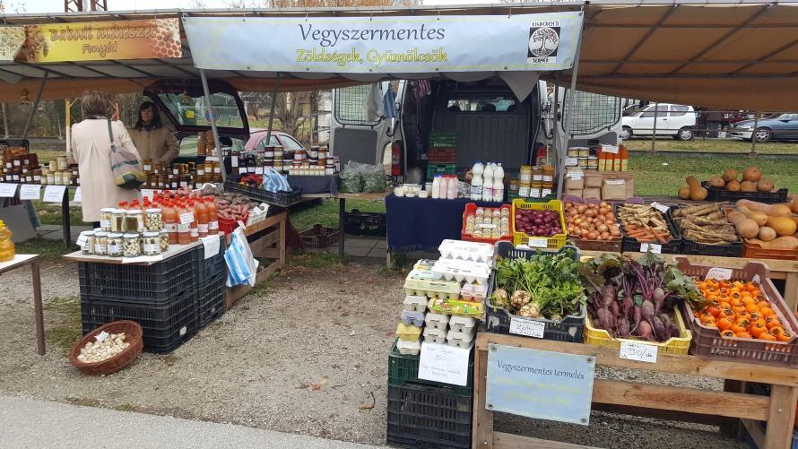 piac: mindenféle zöldség, lekvár, tojás és más készítmény